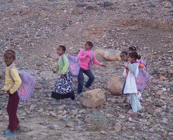 Ragazzine che tornano dalla scuola colte dal nostro obiettivo…