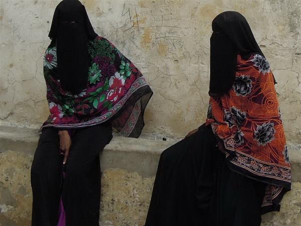 Due donne nei vicoli di Lamu