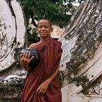 Myanmar - Birmania - Mandalay - Un monaco al monastero di Shwe Kyaung