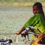 India del nord - una ragazza indiana a khajuraho