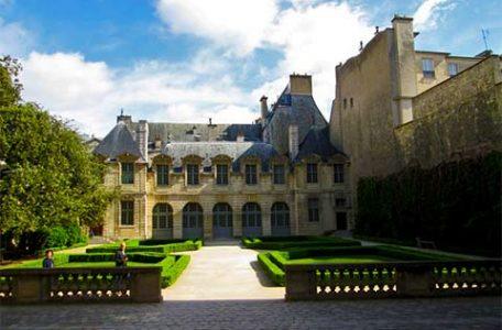 Francia - Parigi - l'Hotel de Sully, monumento storico del XVII secolo - di Ferny Forner