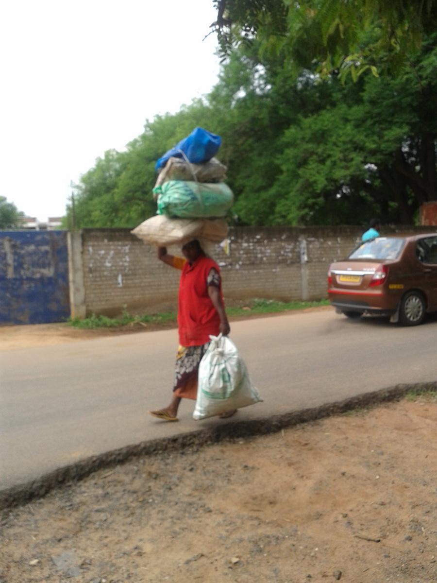 Pondicherry - donna con vasi in testa