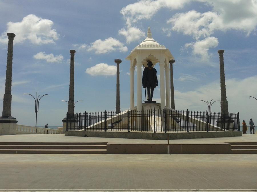 Pondicherry - lungo mare statua di Gandhi