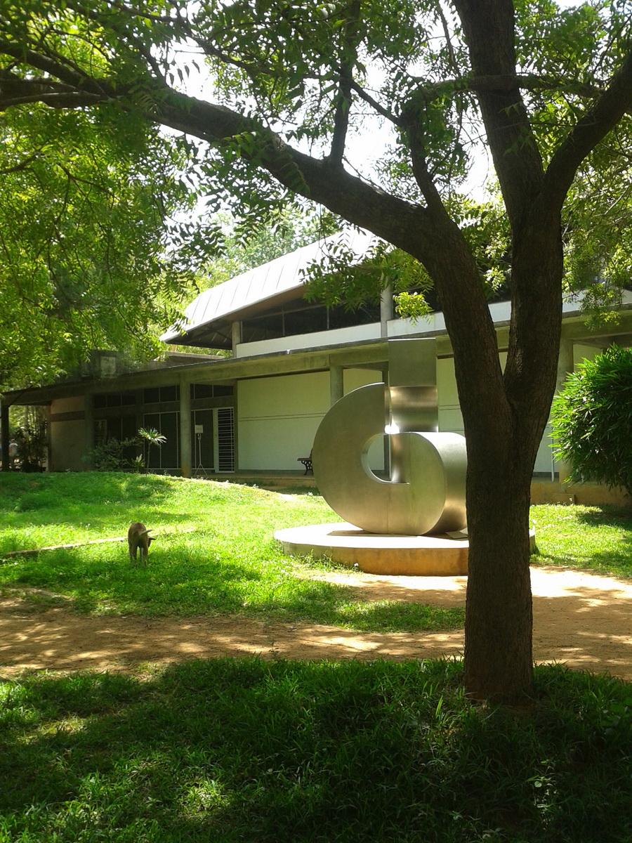 Auroville - scultura in un giardino