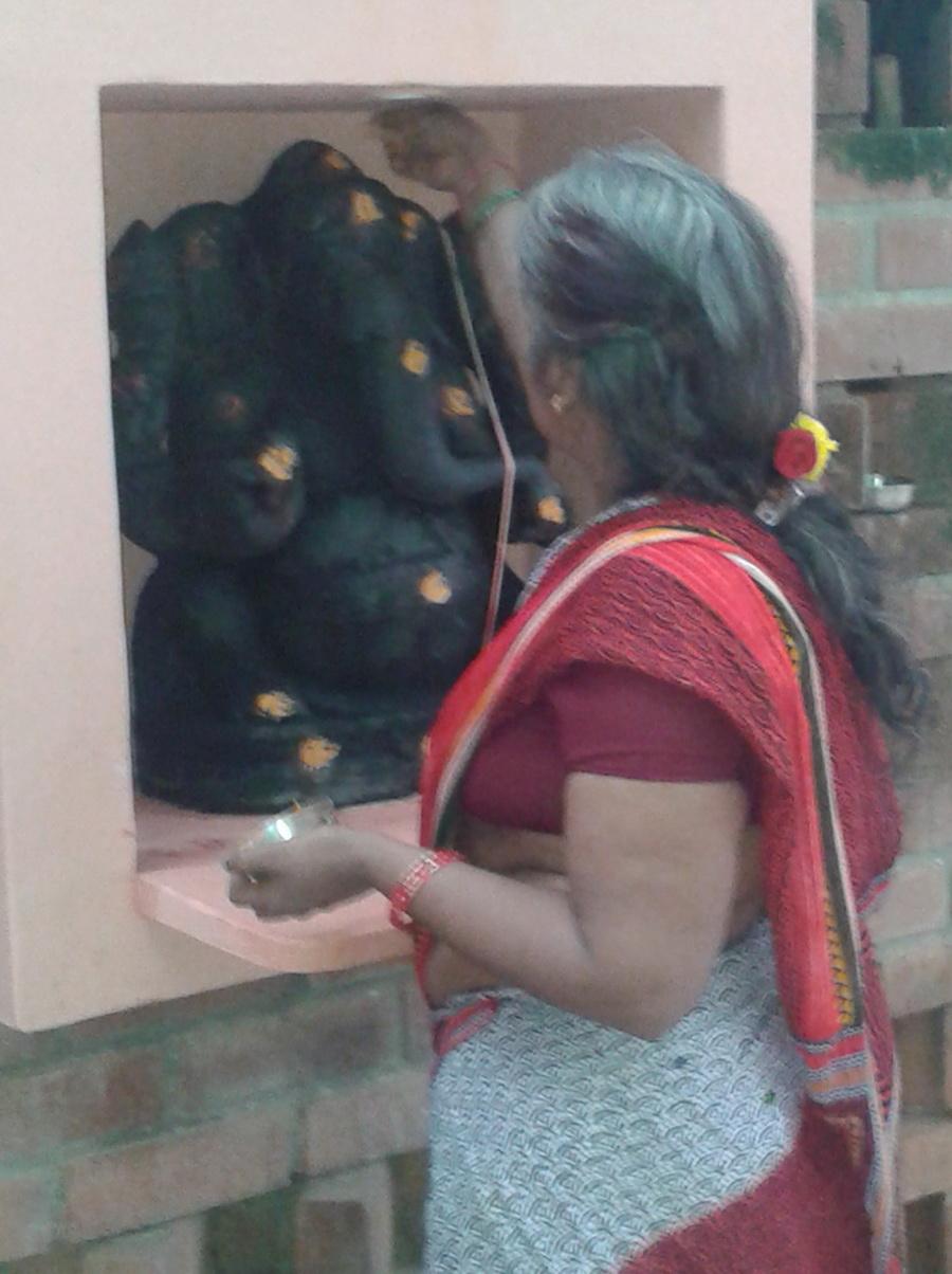 Auroville - Donna allestisce puja del venerdì in onore di Ganesha