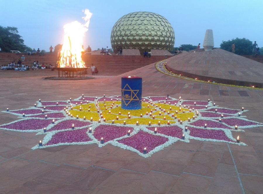 Auroville - cuore della città Matrimandir Cerimonia del fuoco di primissimo mattino