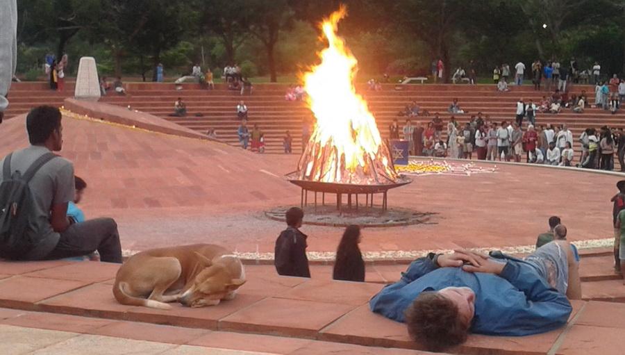 Auroville - cane che dorme con padrone nell'anfiteatro