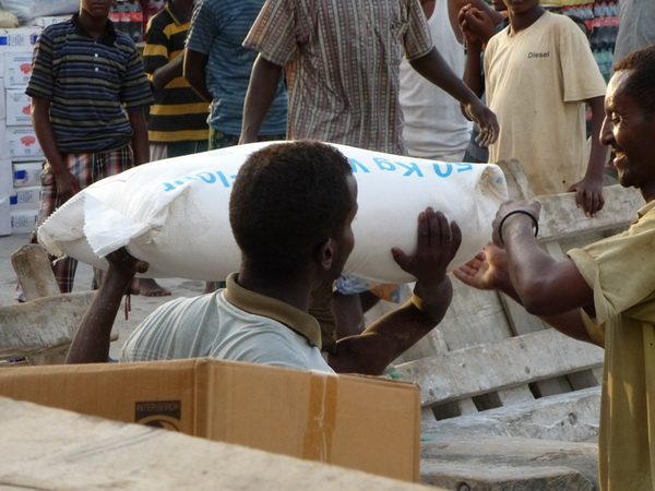 scarico di riso al porto