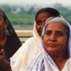 India, un gruppo di donne indiane davanti al Taj Mahal