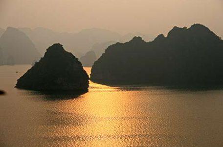 Vietnam Tramonto alla Baia di Halong
