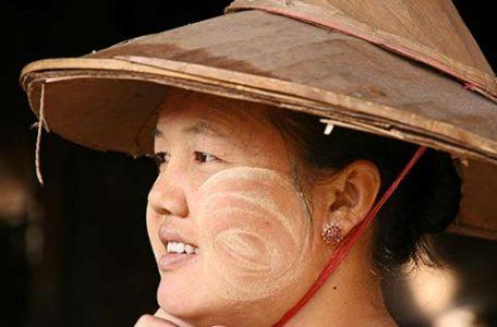 Birmania - Una donna birmana con sul viso la crema ottenuta da alberi della famiglia Rutaceae