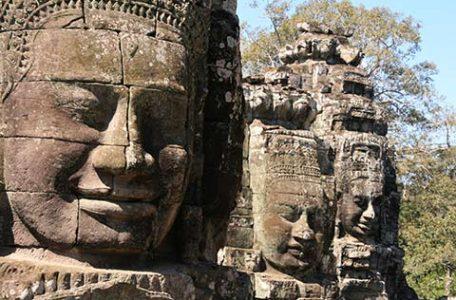 Angkor - Il tempio Bayon con i grandi volti di Buddha scolpiti nella pietra