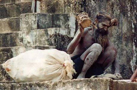 India - Un Sadhu davanti ad un tempio di Khajuraho