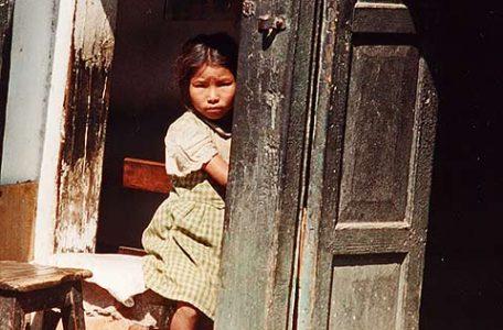 Nepal - Una bambina sull'uscio di casa