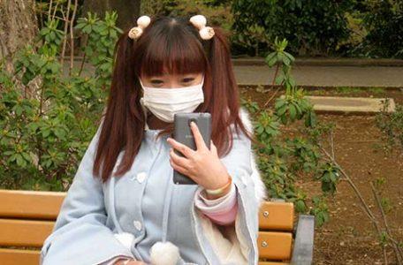 Giappone - Ragazza su una panchina a Tokyo
