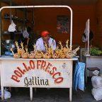 Perù - Un venditore di polli e galline in strada