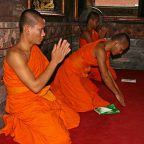 Thailandia - Bangkok - Monaci in preghiera al Wat Phra Kaev