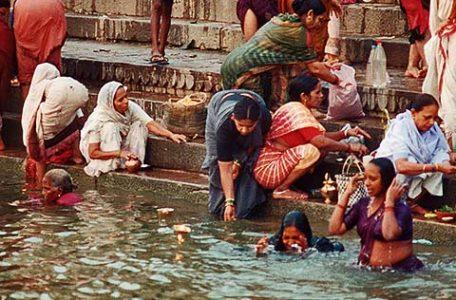 India - Varanasi - Donne si bagnano lungo i ghat con l'acqua del Gange fiume sacro