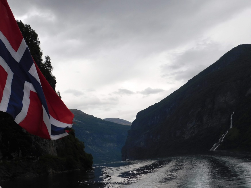 Immagine che contiene esterni, montagna, natura, acqua  Descrizione generata automaticamente