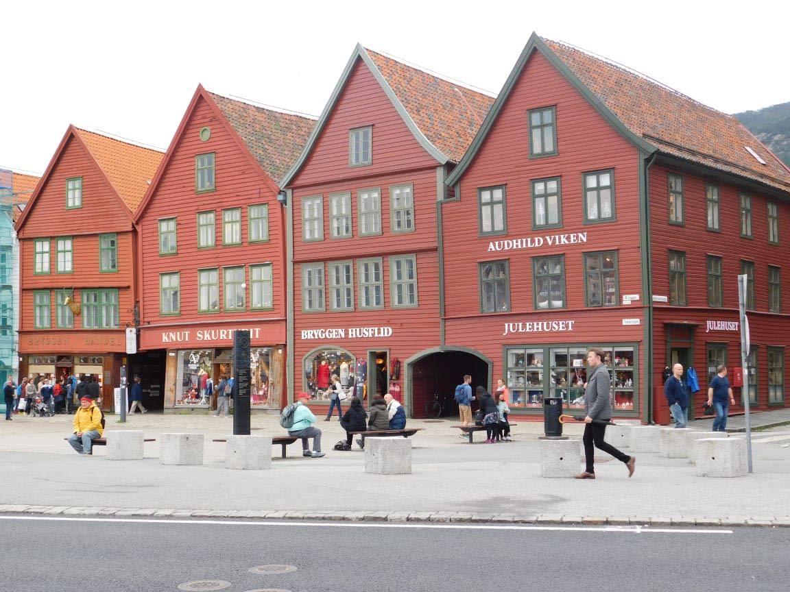 Immagine che contiene strada, esterni, edificio, via  Descrizione generata automaticamente