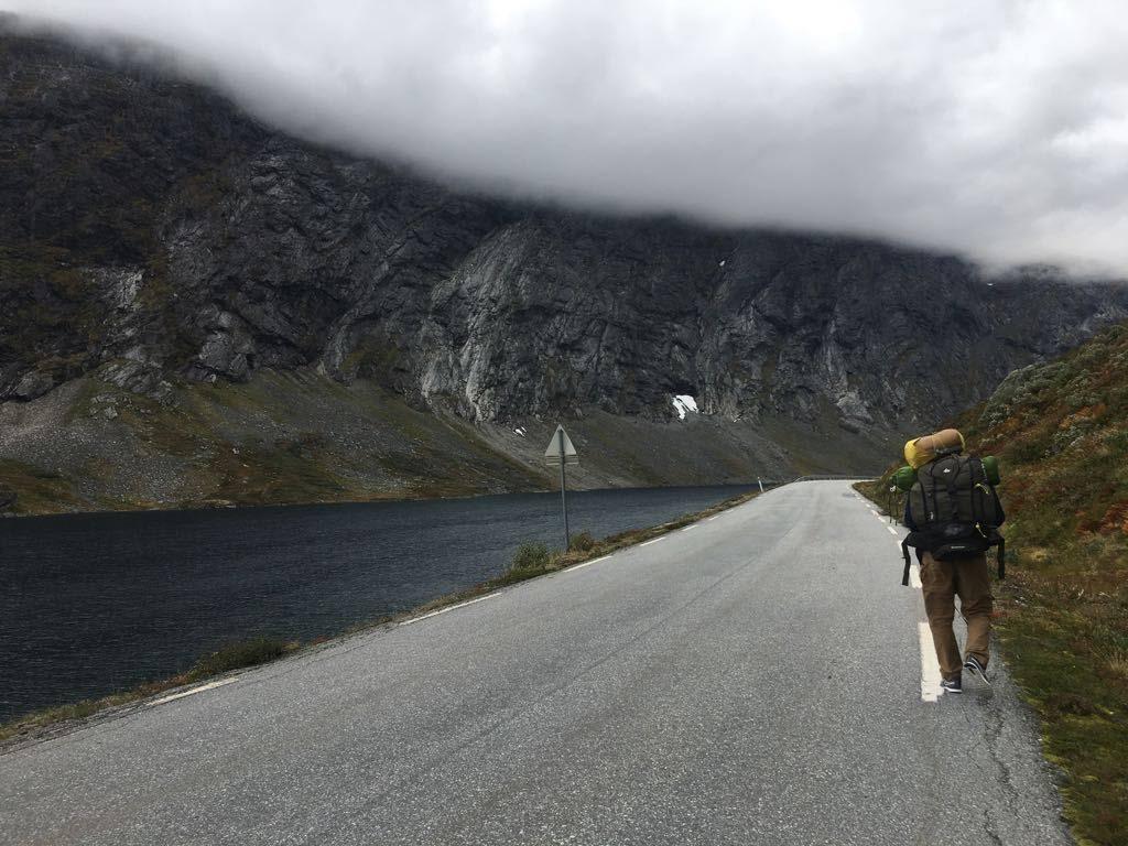 Immagine che contiene strada, esterni, montagna, erba  Descrizione generata automaticamente